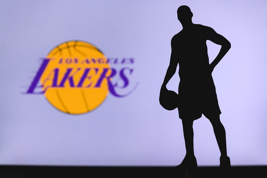 Silhouette eines Basketballers zusammen mit Lakers-Logo