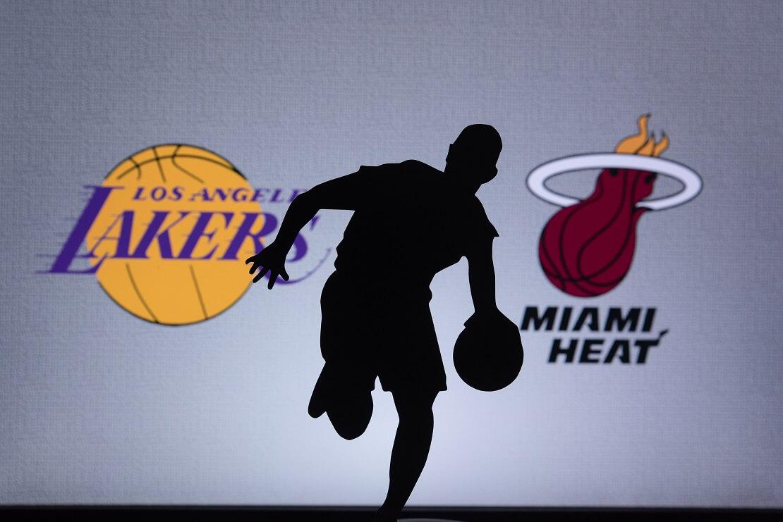 Basketballer Silhouette vor Logos von L.A. Lakers und Miami Heat
