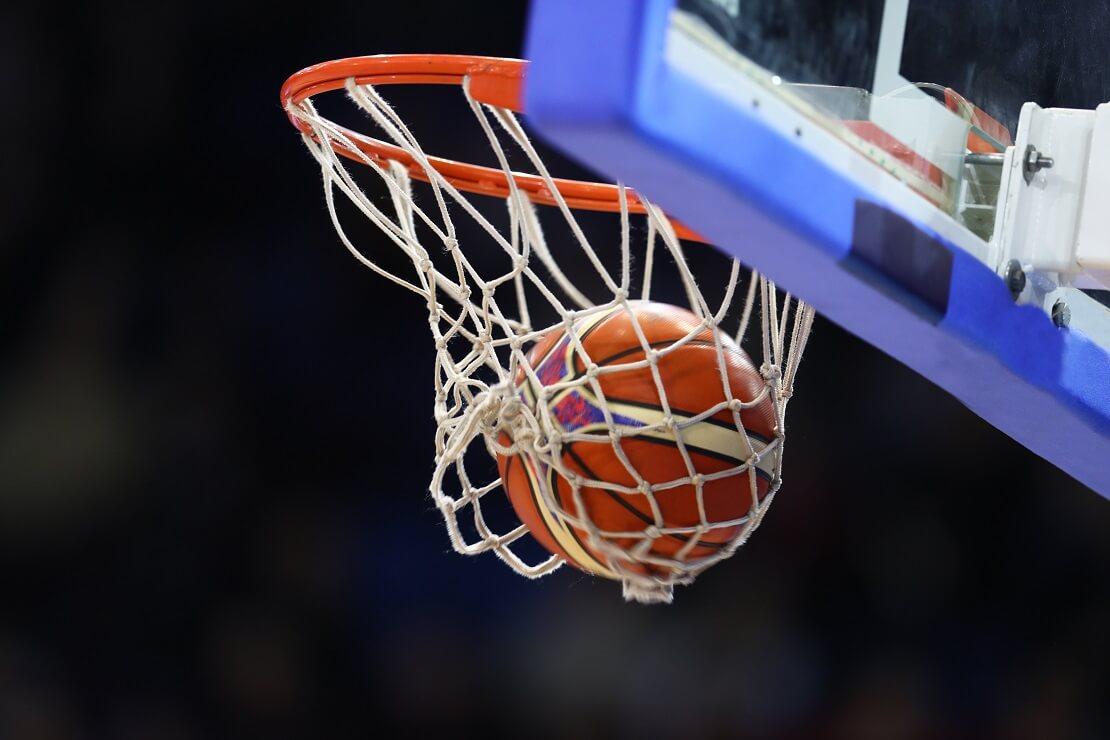 Der Basketball landet im Korb