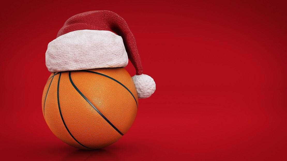 Basketball mit Weihnachtsmütze