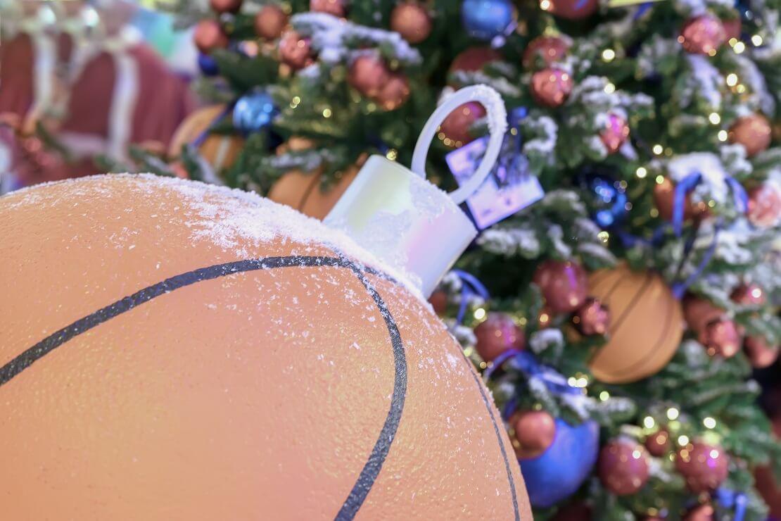 Ein Basketball als Weihnachtskugel