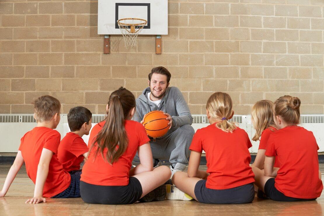 Der Trainer erklärt den Kindern etwas