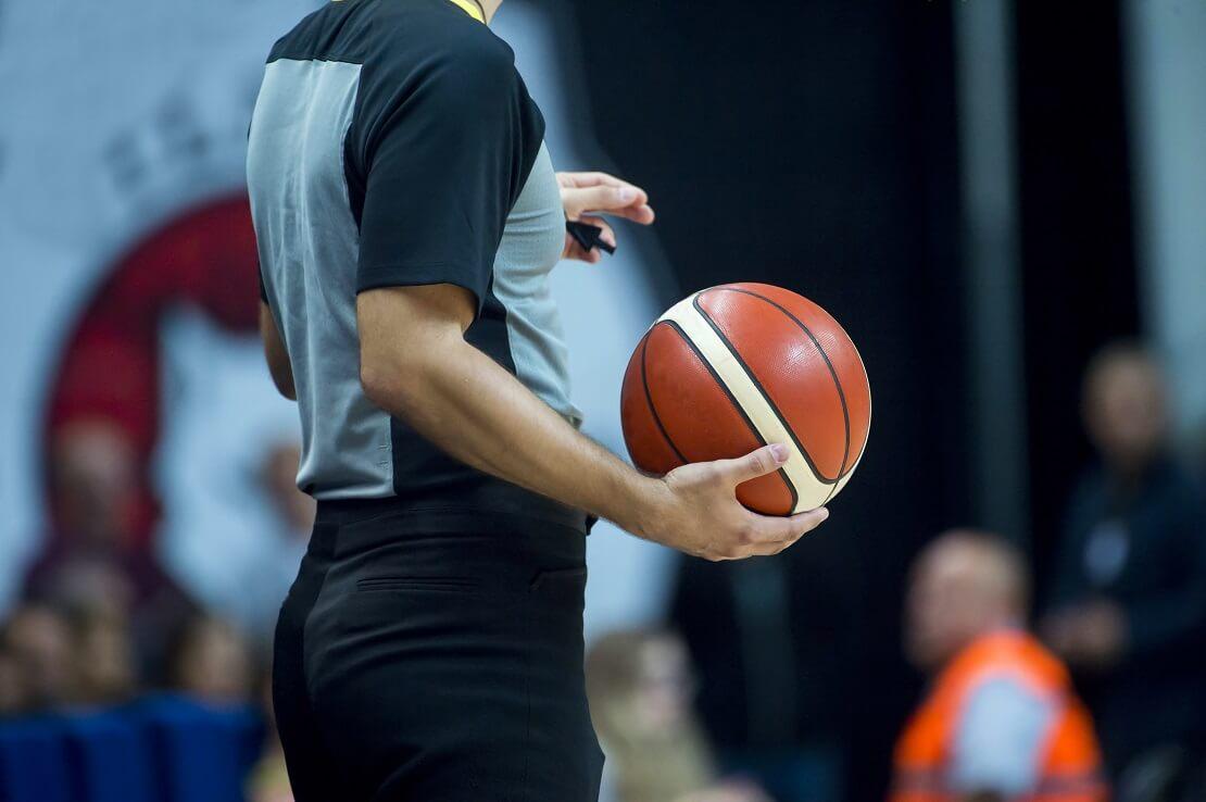 Ein Schiedsrichter mit Basketball