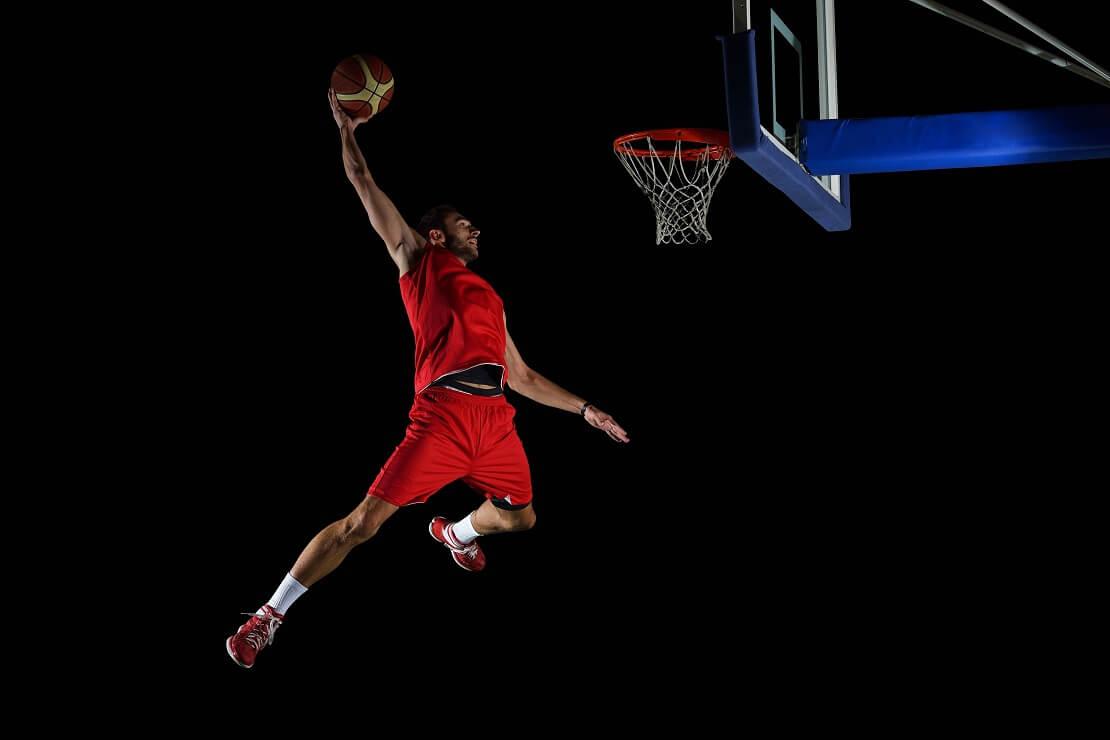Ein Basketballer beim Dunking