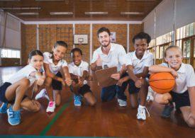 Kinder vor der Basketballstunde