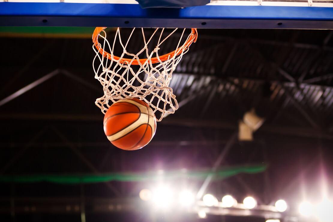Basketball landet im Korb