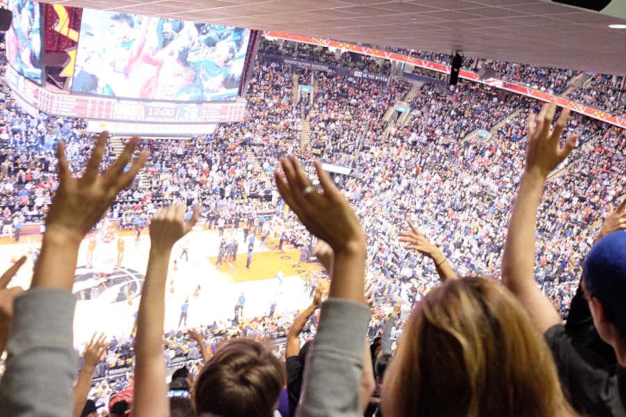 Basketballfans feiern ihre Mannschaft an