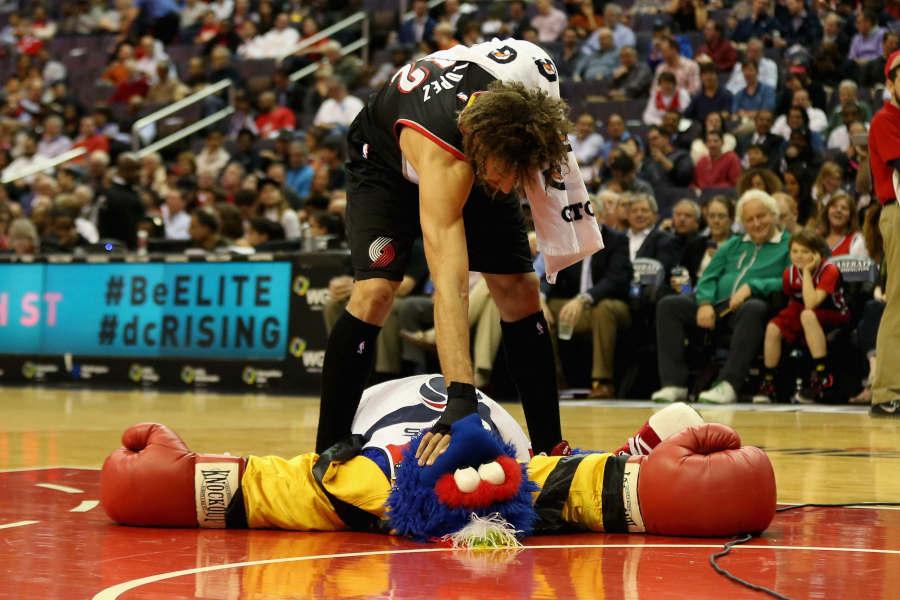 Unvergessliche NBA-Momente #7: Robin Lopez und sein Feldzug gegen die NBA-Maskottchen