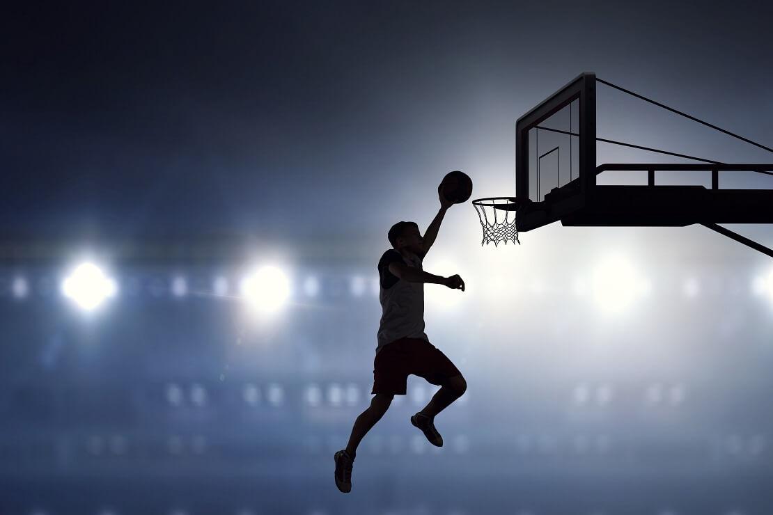 Die Silhouette eines Basketballers