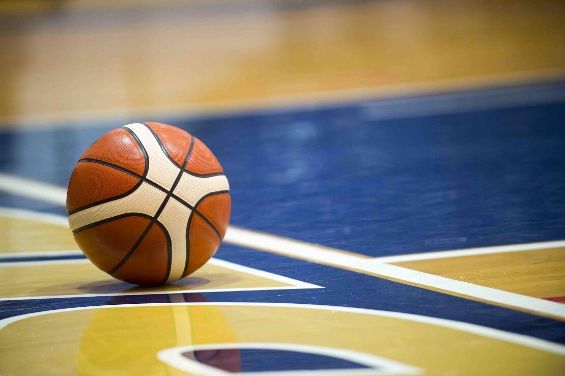Ein Basketball liegt auf dem Hallenboden
