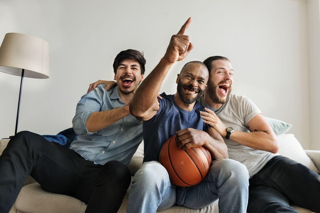Fans beim Basketballgucken