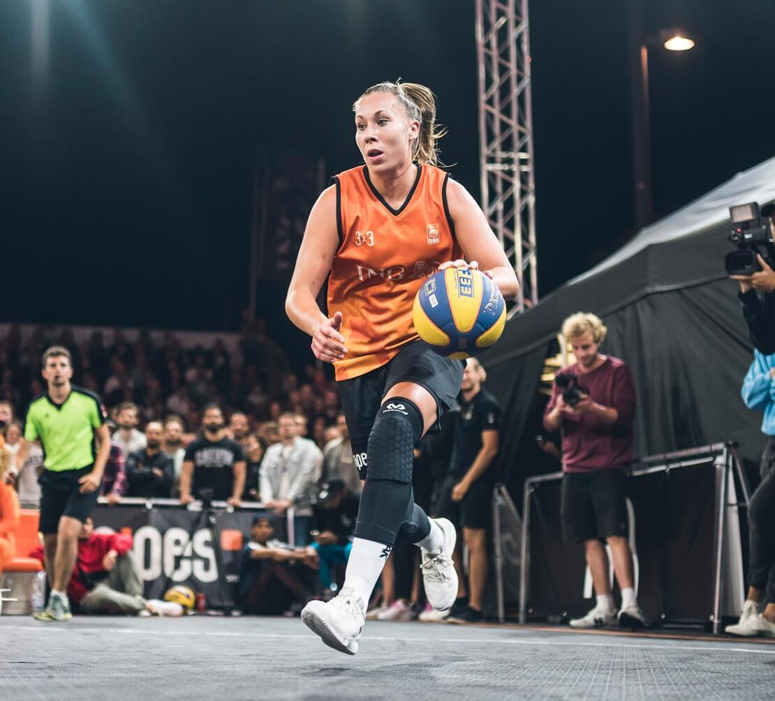 Svenja Brunkhorst läuft mit dem Ball.