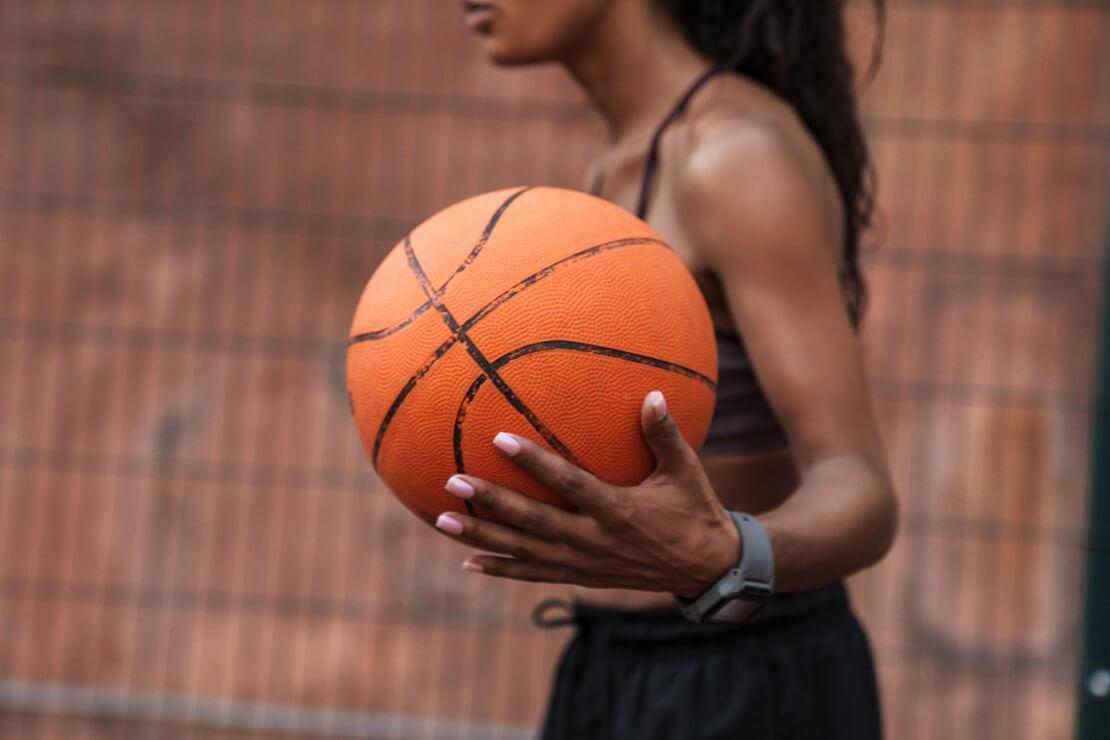 Eine Frau mit Basketball