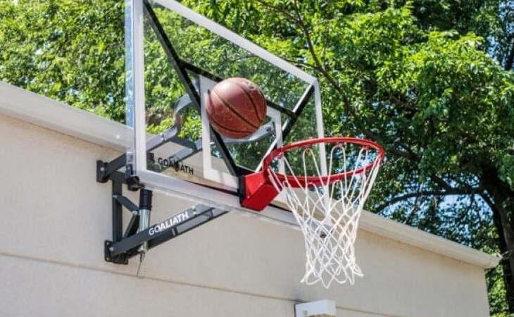Basketballkörbe mit Backboard wie der Goaliath GoTek 54 können an der Hausfassade angebracht werden.