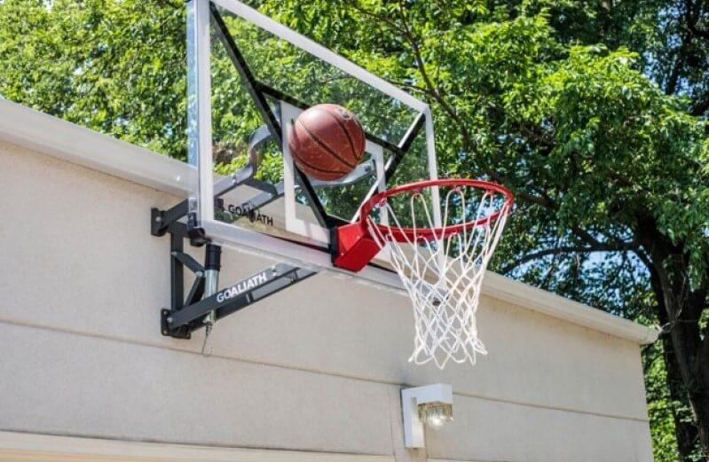 Ein Basketball fliegt in einen heimischen Basketballkorb