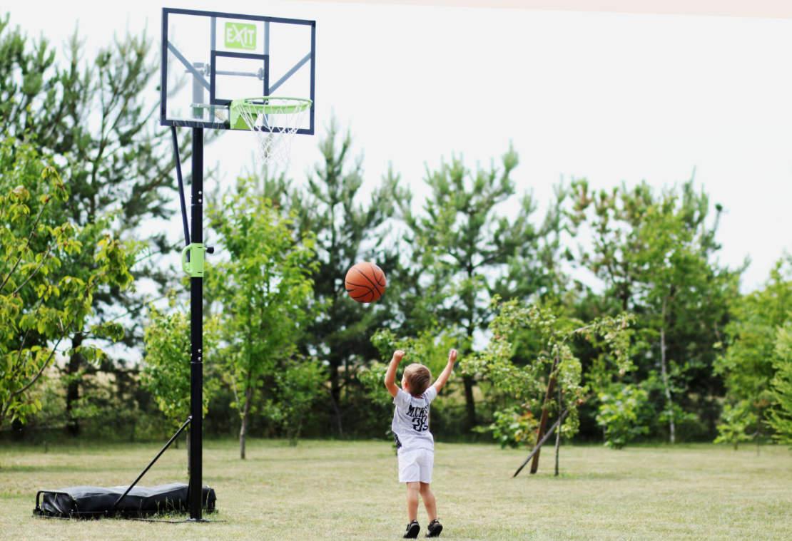 Ein Kind wirft auf einen Basketballkorb