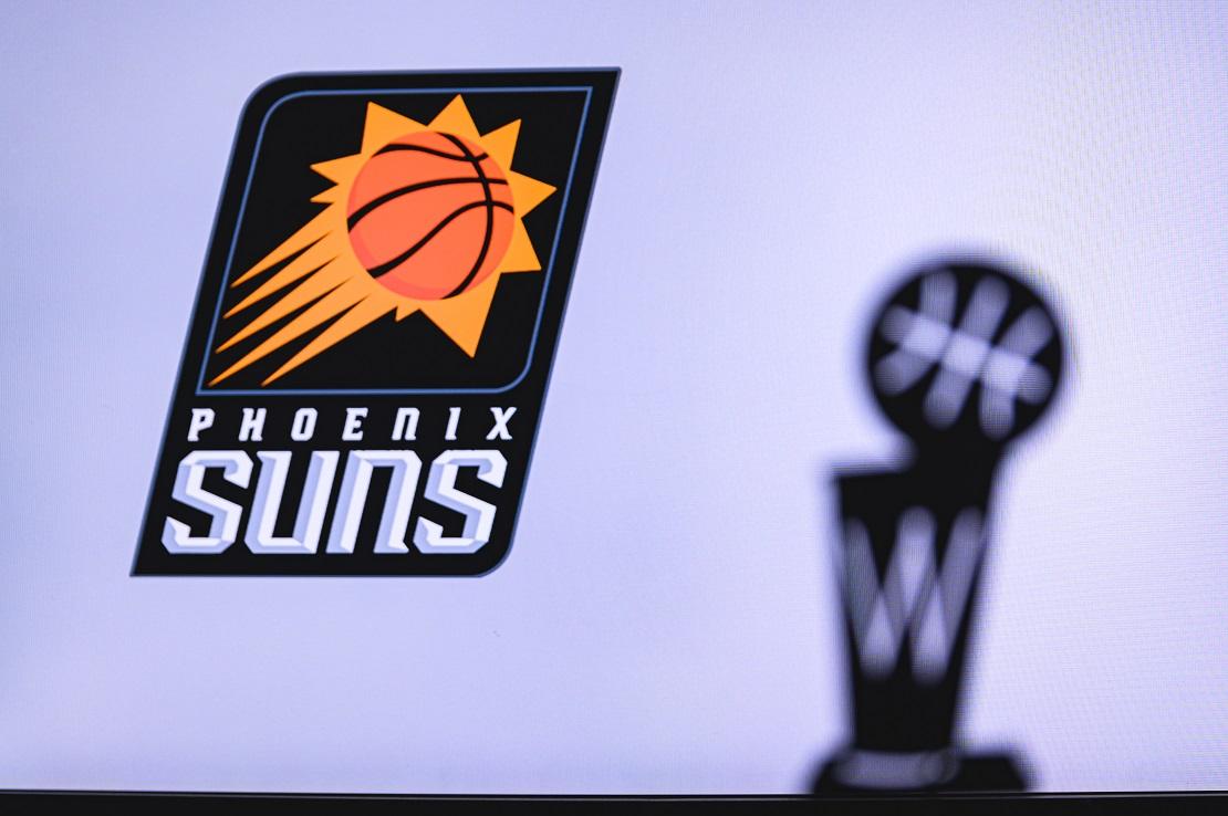 Pheonix Suns Logo im Hintergrund die Silhouette der NBA Trophäe
