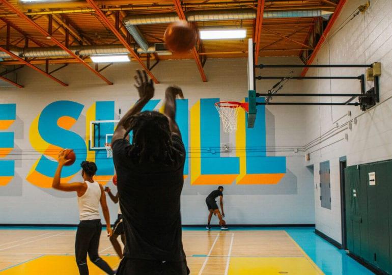 Neuer Anstrich für den Lawrence Heights Basketball-Court in Toronto