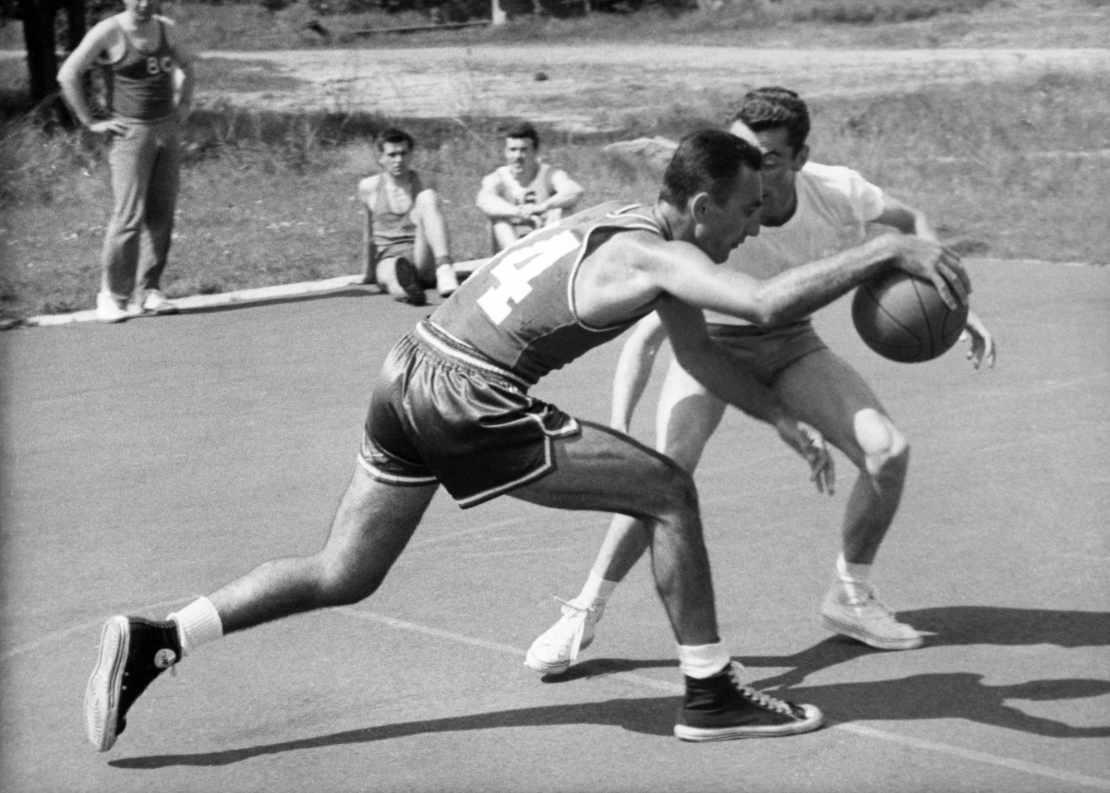 Bob Cousy dribbelt gegen einen Gegenspieler