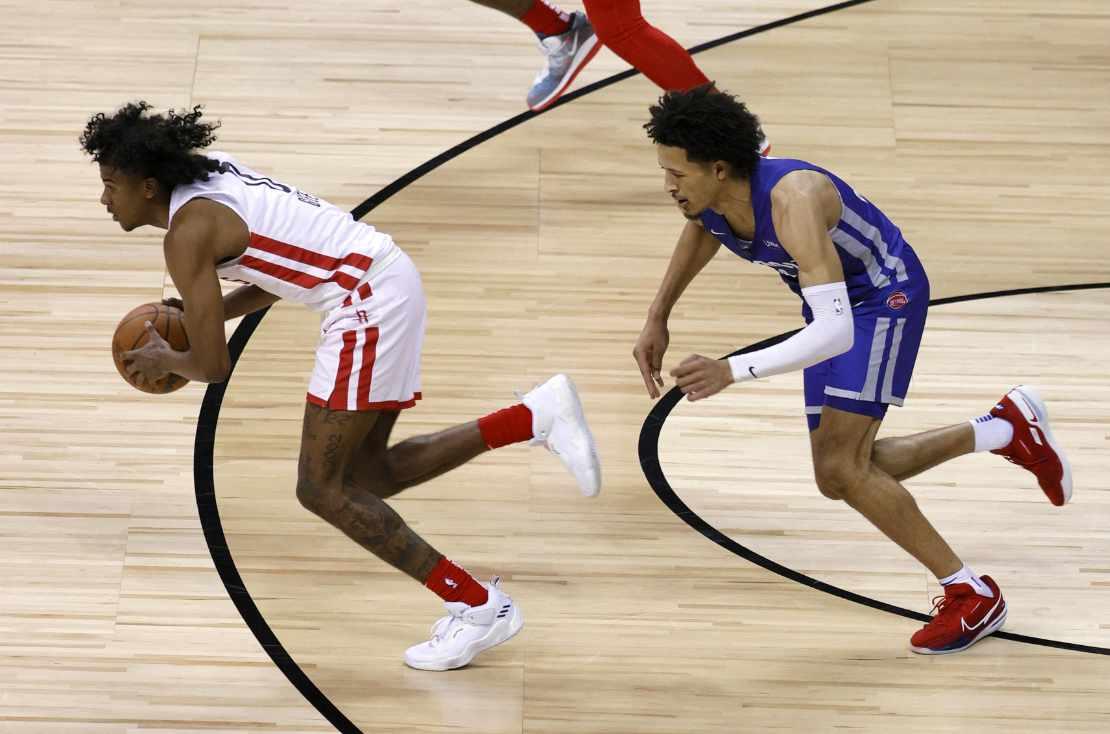Jalen Green von den Houston Rockets läuft mit Ball einem Gegenspieler davon