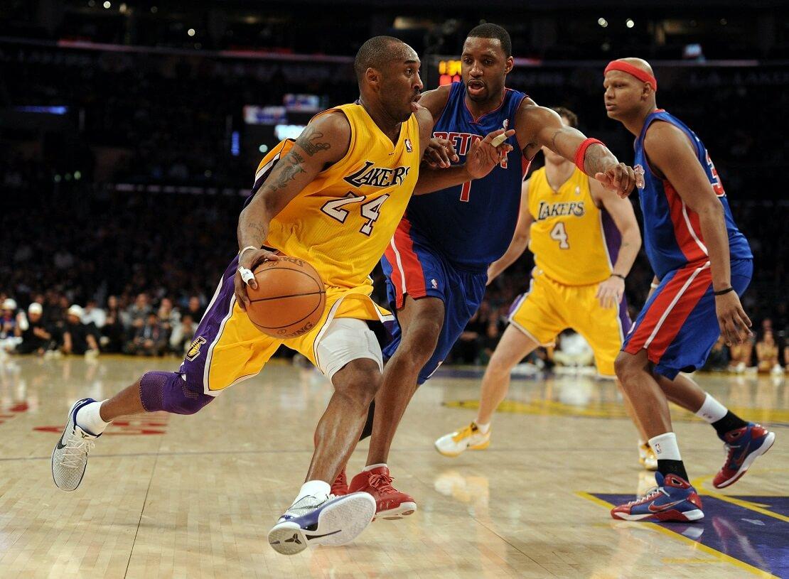 Kobe Bryant läuft mit dem Ball vor Tracy McGrady weg