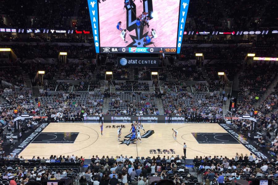 Tip-off in der Halle der San Antonio Spurs.
