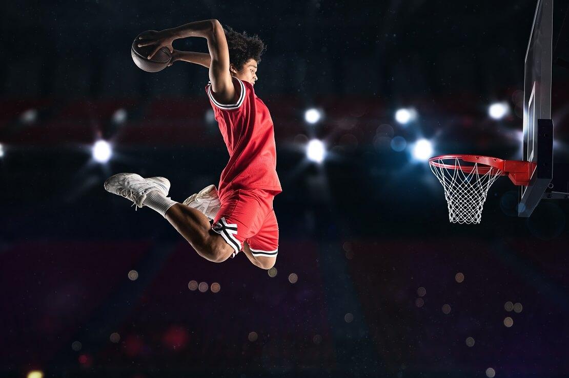 Ein Spieler fliegt beim Dunking durch die Luft