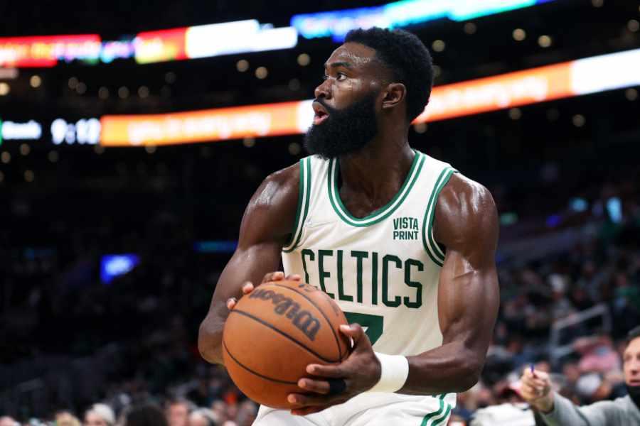 Jaylen Brown von den Boston Celtics hält den Ball in der Hand