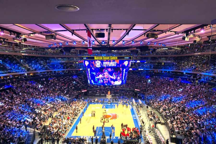 Totalperspektive auf den voll besetzten Madison Square Garden