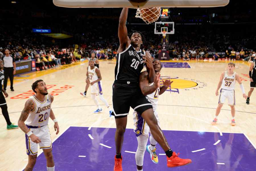Day'Ron Sharpe von den Brooklyn Nets macht einen Dunking gegen die L.A. Lakers